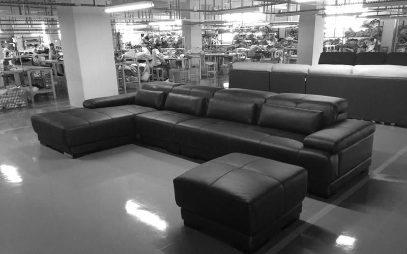 自社で生産管理を行い、工場内部も常に清潔で良質のソファを生産しております。